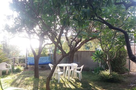 Relax in giardino a 100 metri dal mare