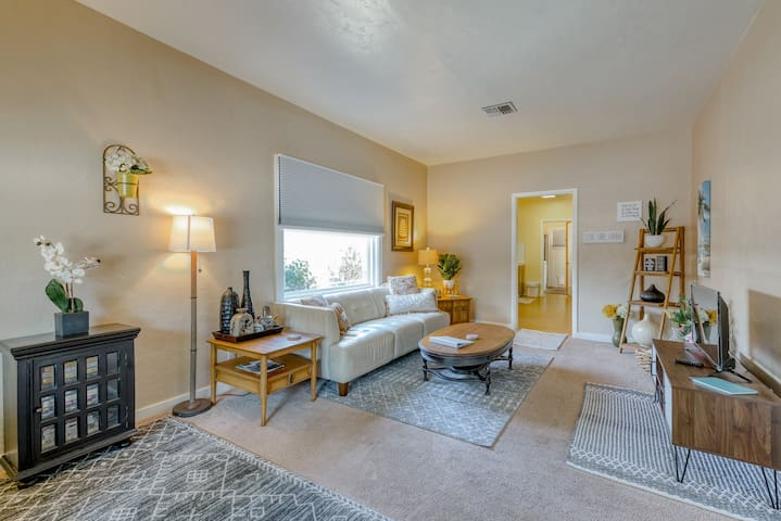 Downtown Cottage*King Bd*Walk Everywhere*By Bethel