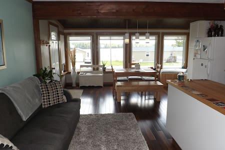 Cozy 2 bedroom house; WATERVIEW!