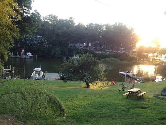 2  WATERFRONT COTTAGE ON COVE LARGER ROOM - Edgewater - Rumah