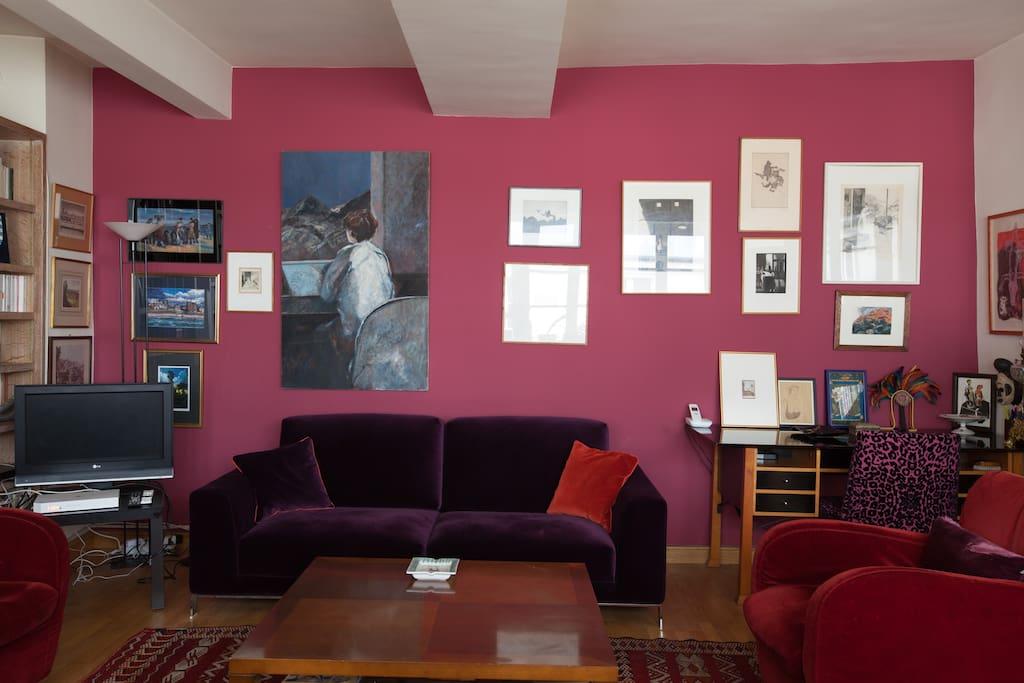 Nombreuses peintures et gravures sur l'un des murs du salon