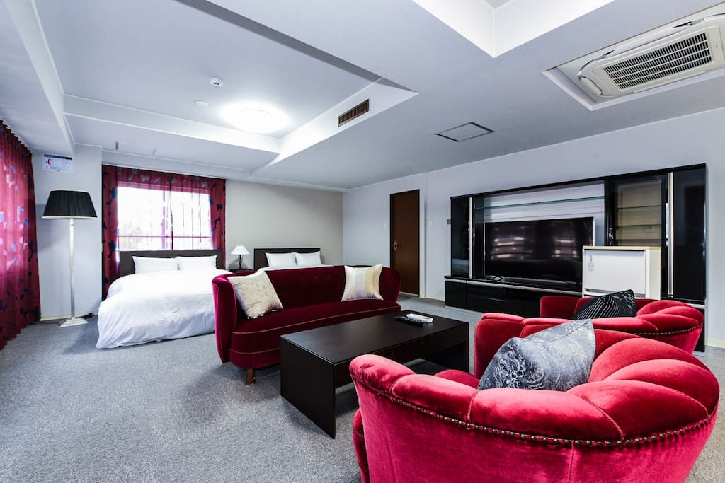 Spacious and gorgeous room with stylish red velvet sofas and a big TV☆広々したリビングには贅沢スタイルの赤いベルベットのソファとテレビが!