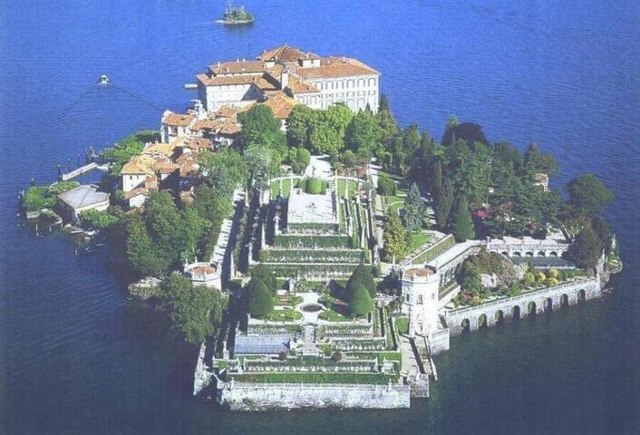 """Isole Borromee """"isola bella"""" si raggiungono con la navigazione del lago maggiore parte da Arona."""