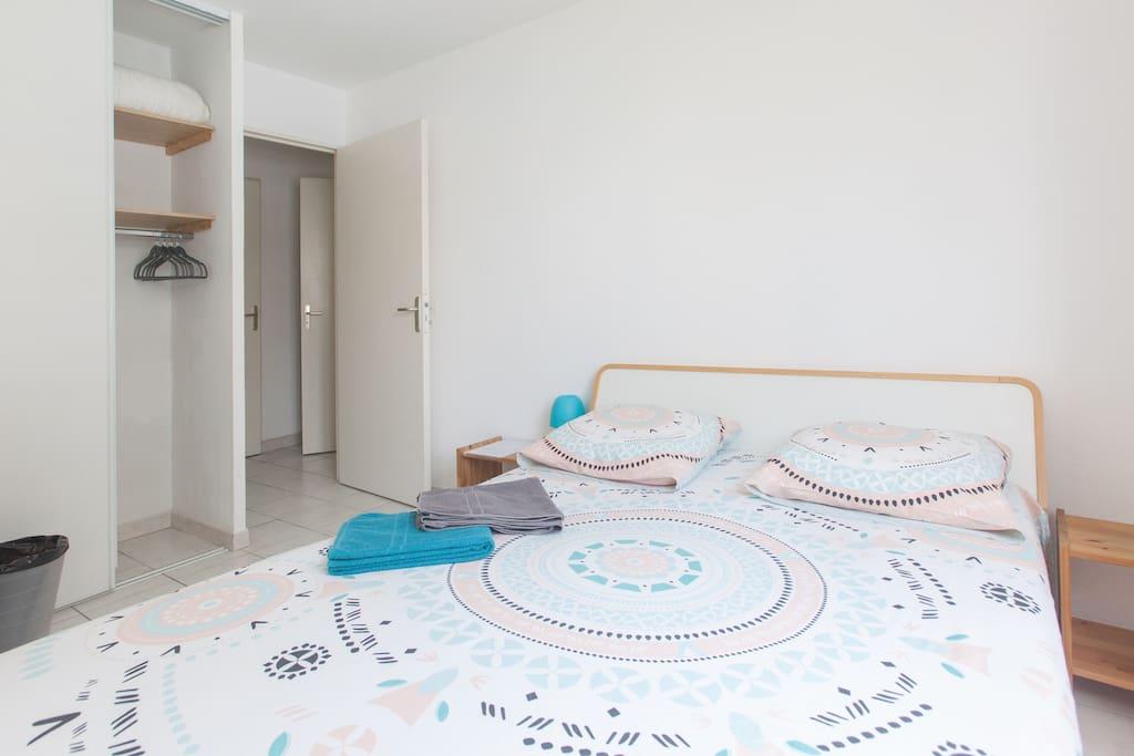 Chambre 1 : Lit 2 places, table de chevet, miroir, armoire et cintres