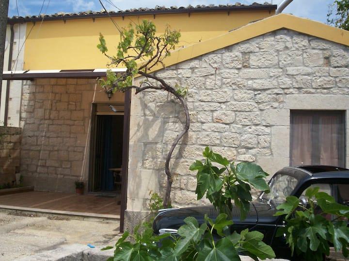 casa singola , ampio giardino a 5 minuti da modica