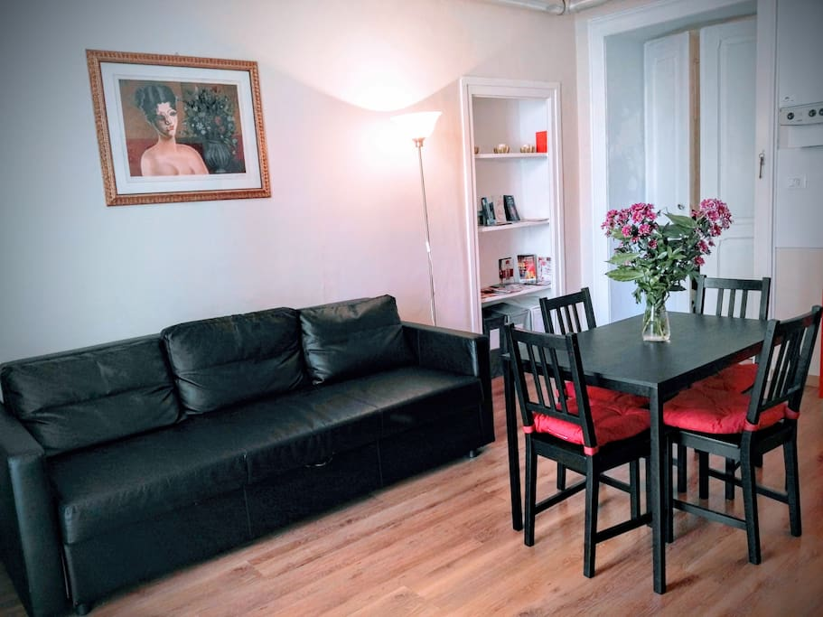 Cucina e salone, la stanza e abbastanza grande.