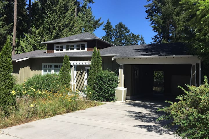 Warm, Spacious and Modern Home in Point Roberts