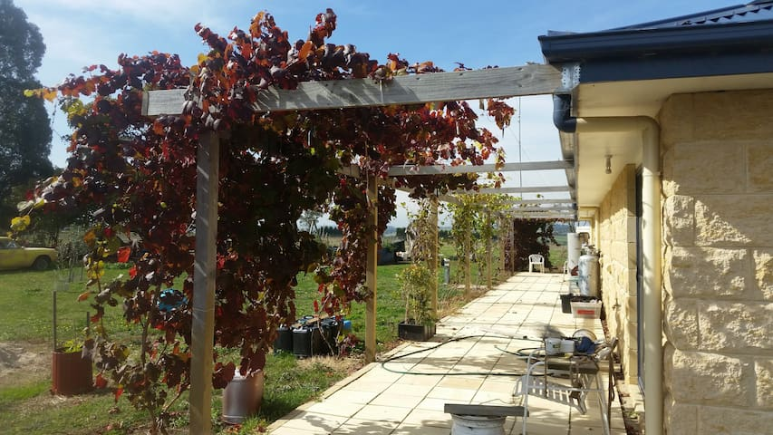 Share part of near new home. - Leongatha South - House