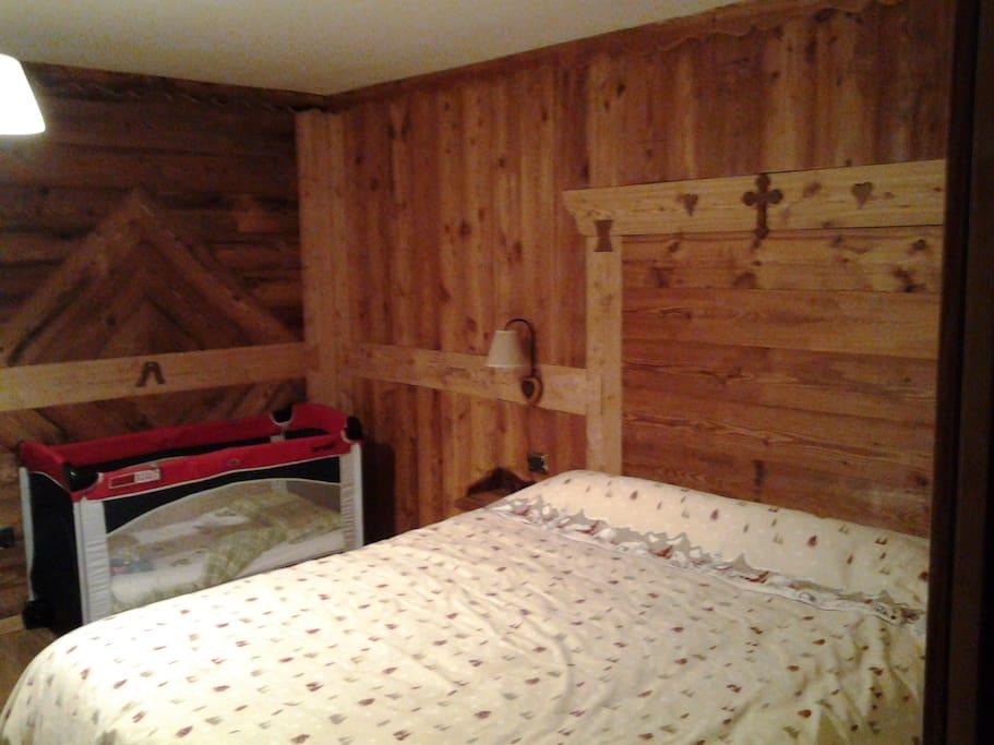 Camera letto con spazio per lettino