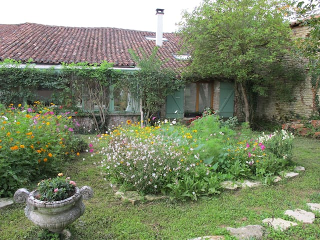 Au coeur de la campagne charentaise - Saint-Fraigne - House