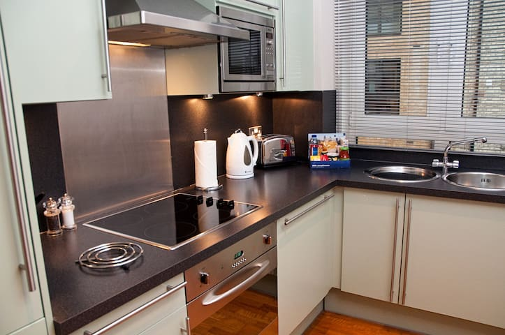 Central City location, 1 bed apartment Pepys St