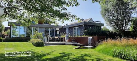 Moderne villa met  zonneterras en zwemvijver