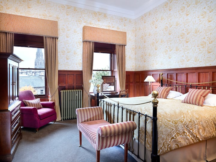 Experience Traditional Luxury near Princes Street