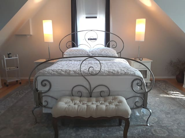 Quest suite with the queen bed