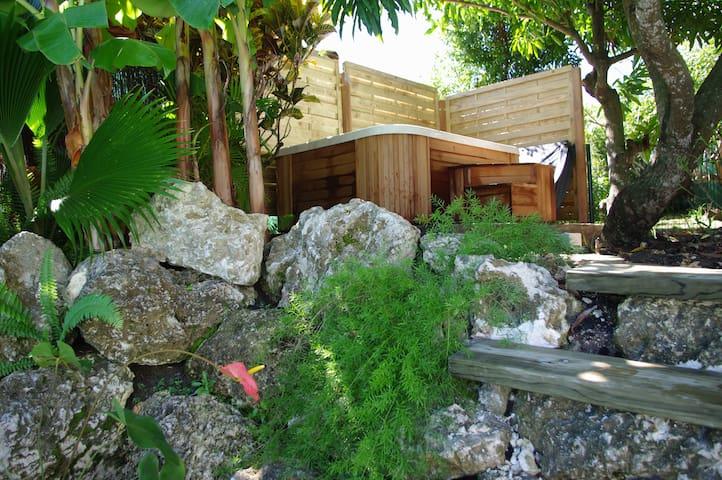 Studio cosy avec piscine et jacussy