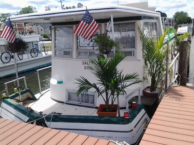 Marooned in paradise, Romantic Houseboat on Water