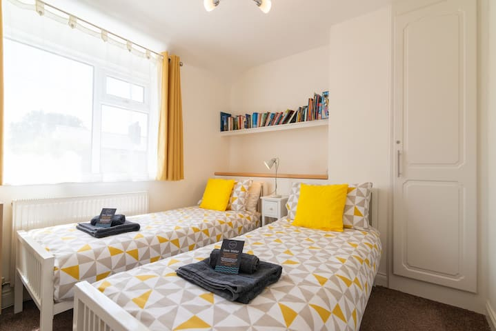 Twin bedroom with 2 small single beds (2ft6 wide)
