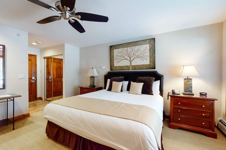 Hotel style, ski-in/ski-out studio with WiFi and shared pool & hot tub access!