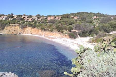 Villino fronte mare con giardino
