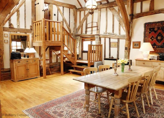 Latters Farm Barn Sleeps 4, a historic barn in a wonderfully peaceful yet centrally position near to Tunbridge Wells.