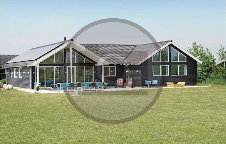 Holiday cottage with 6 bedrooms on 210 m² in Vejby