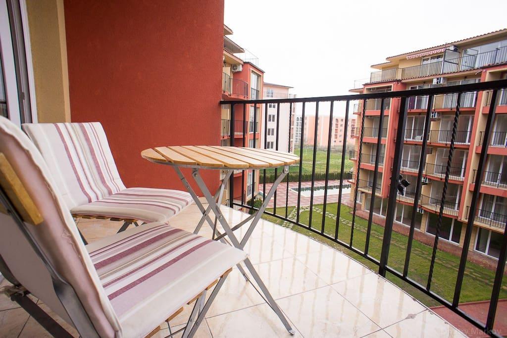 Просторный балкон с мебелью с видом во двор