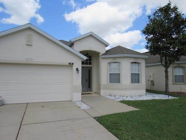 Highlands Reserve 4/2 pool home property, fully furnished, with full kitchen, and all linens and towels. - DAVENPORT