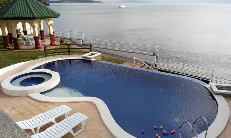 Tali Beachfront Vacation House with Private Pool - Nasugbu - Huis