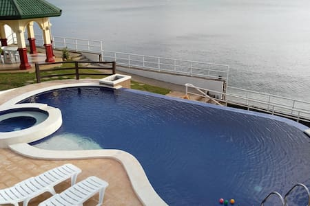 Tali Beachfront Vacation House with private pool - Nasugbu