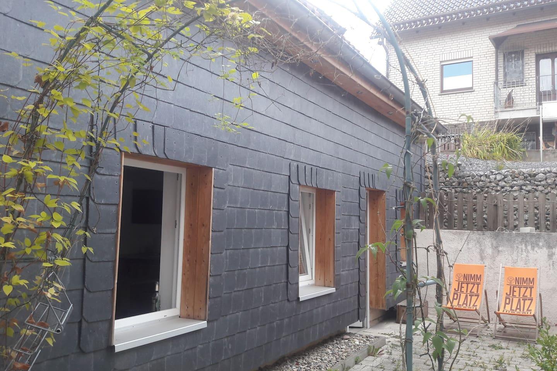 Blick auf den kleinen Vorplatz des Hauses