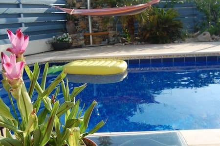 Lush Garden, Saltwater Pool & Bohemian Style=Fun!