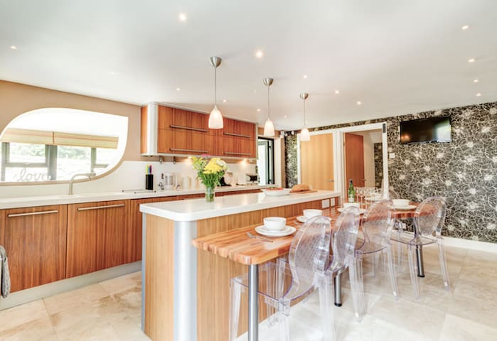 *Discounted* *Luxury* 4 bed home St Ives, parking!