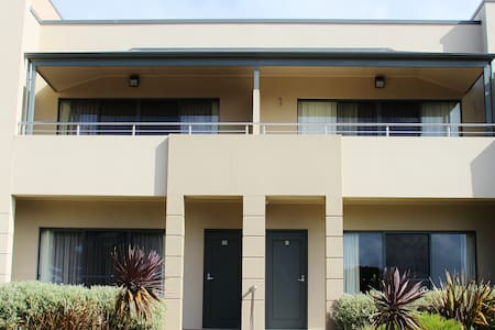 Pier number 10 deluxe apartment - Kingscote