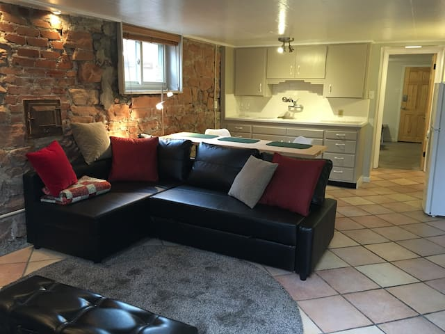 Cool 1 BR apt in Trendy 9th & 9th