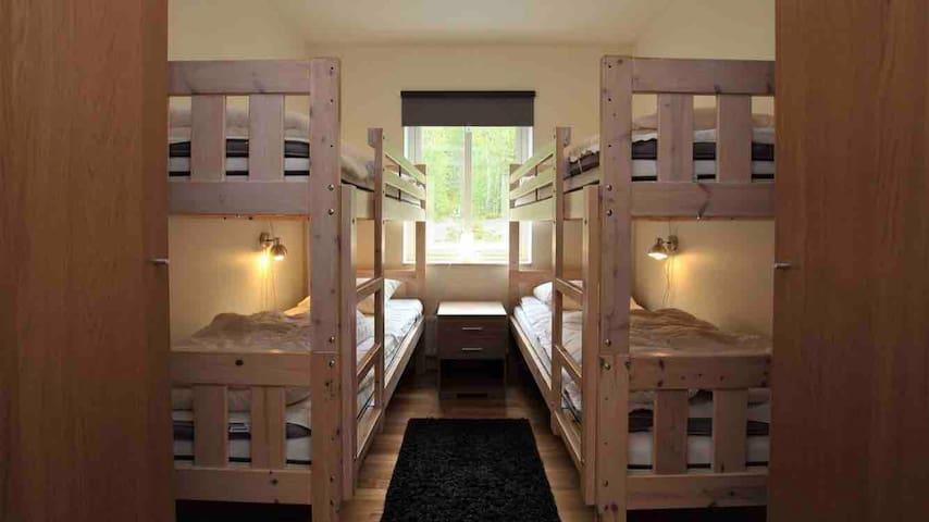 Sovrum med 2 våningssängar och garderober