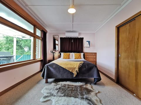 Room B: Quiet double bedroom in a peaceful home