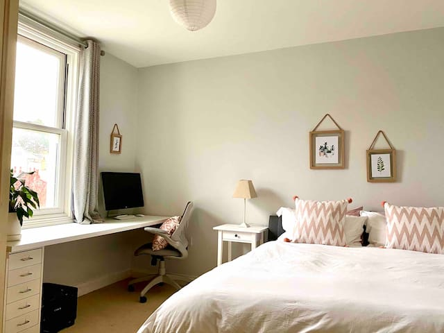 Lovely king bedroom close to racecourse