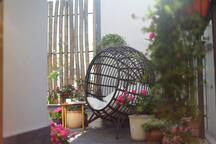 房源区域 - 从房间出来的门口看院子的躺椅
