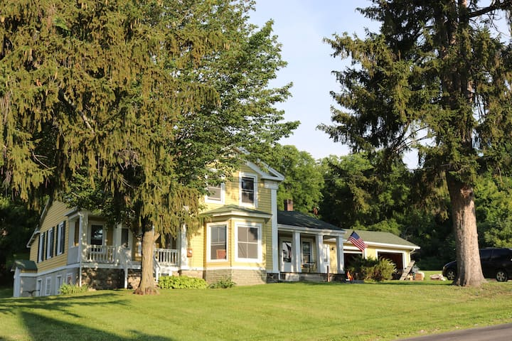 1880 Spacious Farm House for 4-8 Guests