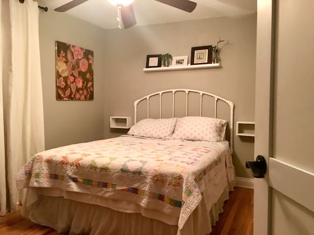 Quiet and Private Bedroom (Phone number hidden by Airbnb)