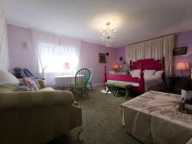 套间(带卫生间、衣帽间、浴缸) 玫瑰花蔓的墙面,绿色的经典沙发和地毯,桃红的设计师床,把花开的嫣然带到了这里......