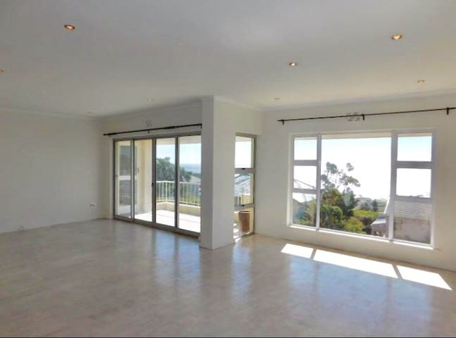 LARGE 3 BEDROOM IN CAMPS BAY WITH AMAZING SEA VIEW