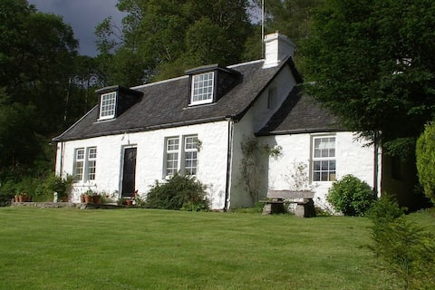 Stunning cottage on the east bank of Loch Lomond