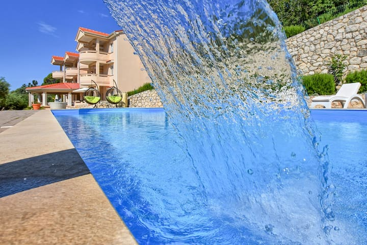Romantic 2Bedroom Apartment with Pool, Bar & BBQ 9