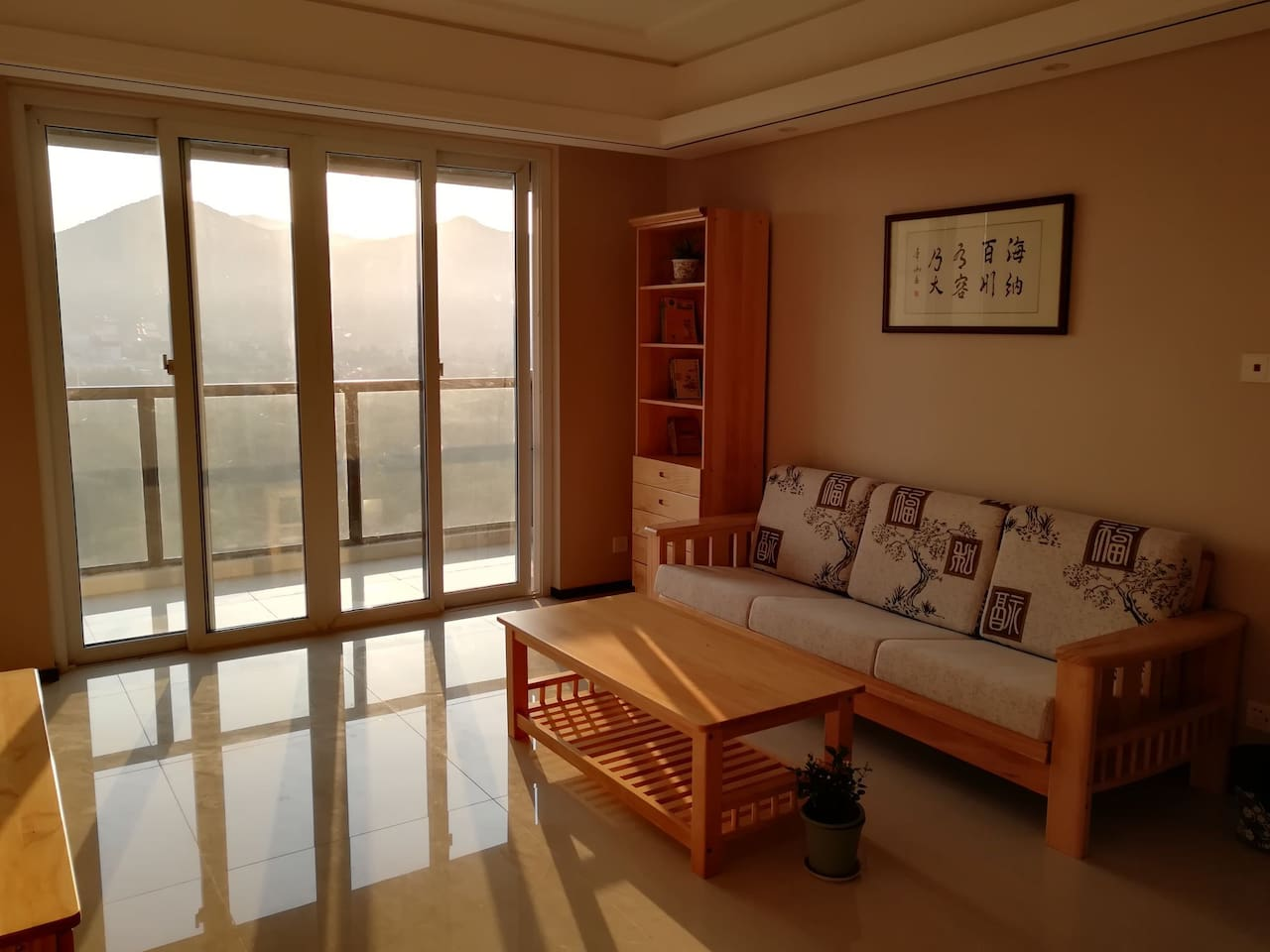 客厅一角及东观景阳台,可观宝华山日出。