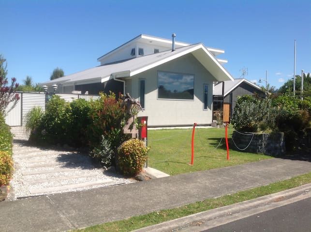 The Beach Bling House at Waihi Beach. Private Room - หาด Waihi