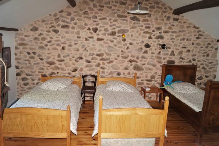 dortoir à l'étage, ouvert sur l'escalier, avec barrière sécurisée pour les enfants