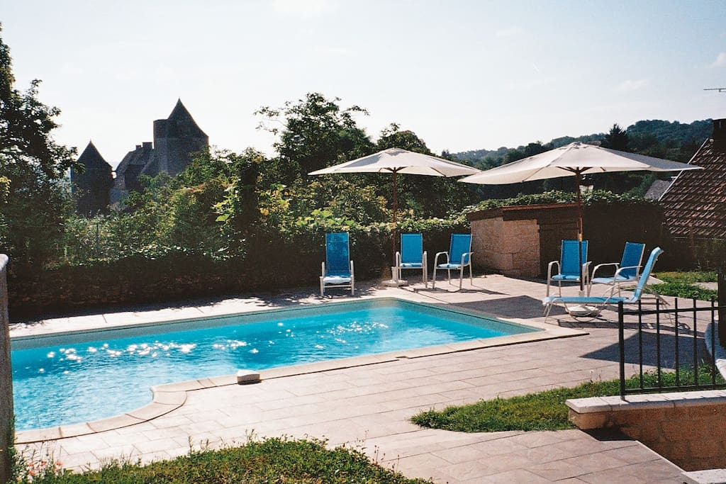 The swimming pool with Salignac Chateau behind