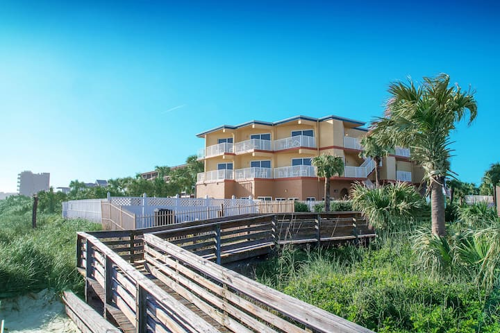 Oceanfront! 2 Br!  Pool!  Hot Tub! Close to Flagler
