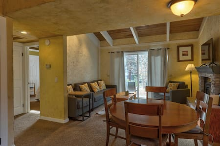 Cozy One Level condo walk to everything in town